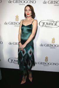 La diseñadora Ulyana Sergeenko con un vestido verde estilo años 20 diseñado por ella misma.