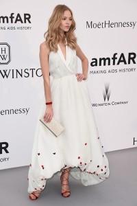 Sasha Luss con un vestido blanco con pequeñas cruces rojas de Ulyana Sergeenko.
