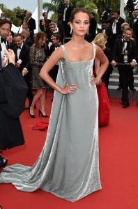 Alicia Vikander, novia de Michael Fassbender, con un customizado vestido gris de terciopelo de la firma Valentino Haute Couture Spring 2014.