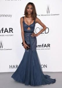 Jourdan Dunn con un vestido azul de la diseñadora Vera Wang.