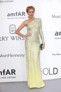 Petra Nemcova con un vestido de escote asimétrico en tonos amarillos de la firma Versace.