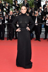 Michelle Rodriguez con un vestido negro de manga larga y cuello alto de Vionett colección pret-a-porter Fall 2015.