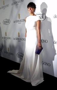 Michelle Rodriguez con un vestido blanco de escote asimétrico de Vionnet.