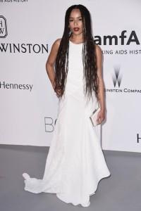 Zoe Kravitz con un vestido blanco de la firma Vionnet.