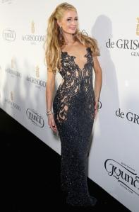 Paris Hilton con un vestido azul del diseñador Yousef Al-Jasmi.