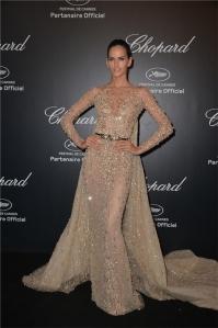 Izabel Goulart muy elegante con un vestido nude con incrustaciones doradas y cola de Zuhair Murad Haute Couture Spring 2015.