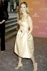 Sarah-Jessica Parker una de las habituales en lucir modelos de Oscar de la Renta, con un vestido corto color crema.