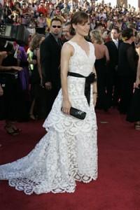 Jennifer Garner con un vestido blanco con cinturon negro de la colección Spring 2005.