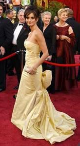 Penélope Cruz en una cerimonia de los Oscars con un vestido amarillo.
