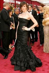 Jennifer Garner con un modelo negro con volantes en la parte baja de la falda.