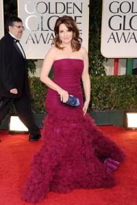 Tina Fey con un vestido color fúcsia en la gala de los Golden Globes.