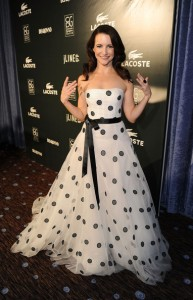 Kristin Davis con un vestido blanco con topos negros de corte princesa de la colección Spring 2011.
