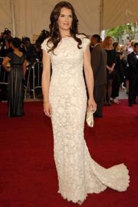 Brooke Shields con un vestido blanco de la colección Spring 2007.