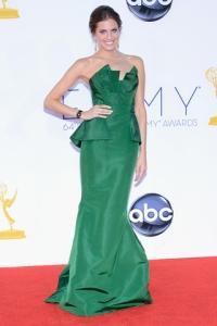Alison Williams con un vestido verde la colección Resort 2013 en una gala de los Emmys.