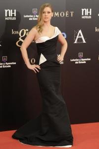 Manuela Vellés con un vestido de corte asimétrico en blanco y negro en una gala de los Goya.