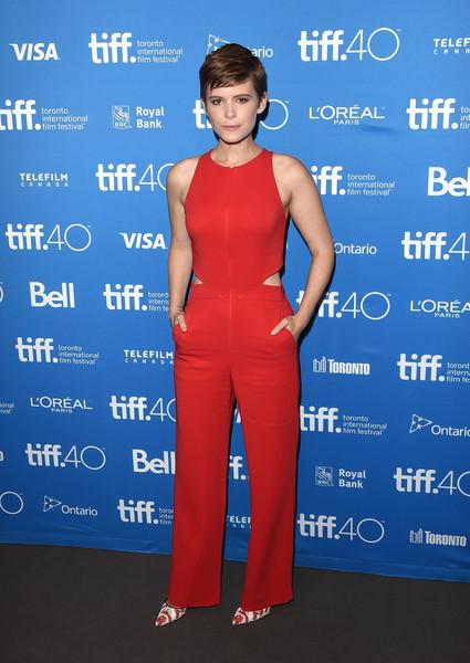 Kate Mara con un jumpsuit rojo de A.L.C. colección Spring 2015.