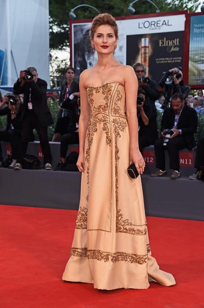 Lydia Liberman con un vestido con estampados dorados de Alberta Ferretti.
