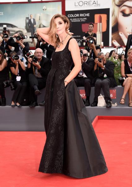 Clotilde Courau con un elegante vestido negro estampado de la diseñadora italiana Alberta Ferretti de su colección Fall 2015.