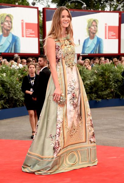 Fiammetta Cicogna con un vestido estampado de Alberta Ferretti Limited Edition Fall 2015.
