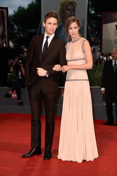 Hannah Bagshawe, con su marido Eddie Redmayne, con un vestido de color crudo de Alexander McQueen.