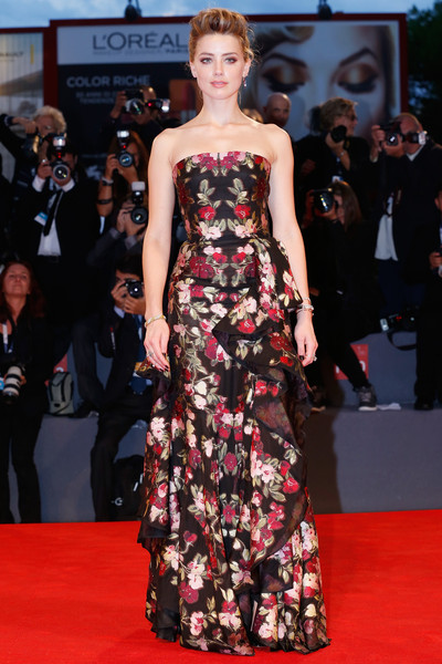 Amber Heard con un vestido negro estampado de Alexander McQueen colección Resort 2016.