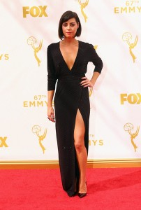 "Aubrey Plaza de la ya finalizada ""Parks and Recreation"" con un escotado vestido negro brillante de Alexandre Vauthier colección Fall 2015."