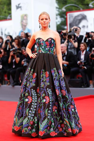 Elizabeth Banks con un vestido negro con estampados de corte princesa de Andrew Gn Resort 2016.