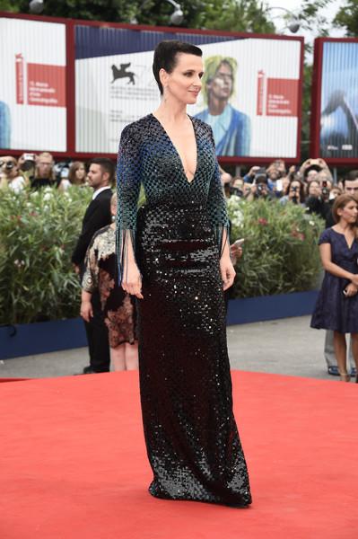 Juliette Binoche con un escotado vestido de paillettes de Armani Privé colección Fall 2015.