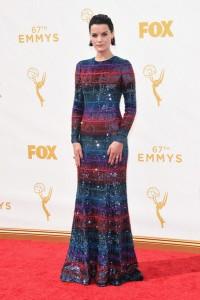 "Jaimie Alexander que acaba de estrenar ""Blindspot"" con un vestido de paillettes en diferentes colores de Armani Privé Fall 2015."