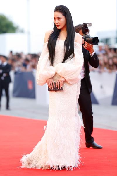 Zang Yang con un vestido blanco escote barco con manga larga de Ashi Studio Spring 2015.