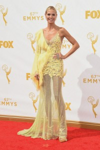 La modelo y presentadora Heidi Klum no estuvo muy acertada luciendo este vestido amarillo de Atelier Versace Fall 2015.