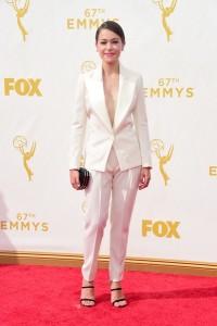 """Tatiana Maslany nominada a mejor actriz por """"Orphan Black"""" con un traje blanco de Bochra Jarrar Couture Spring 2015."""