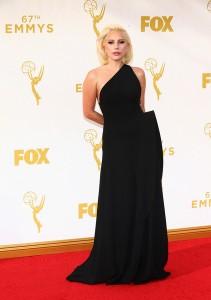 Lady Gaga muy sobria y elegante con este vestido negro del diseñador Brandon Maxwell Spring 2016.