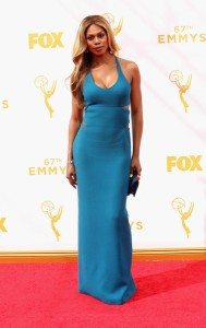 "Laverne Cox de ""Orange is the new black"" con un vestido de tirantes azul de Calvin Klein Collection."