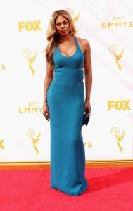 "Laverne Cox de ""Orange is the new black"" con un vestido de tirantes azul de Calvin Klein Collection."