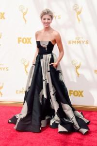Charissa Thompson con un vestido de corte princesa negro con estampado gris de Carolina Herrera.