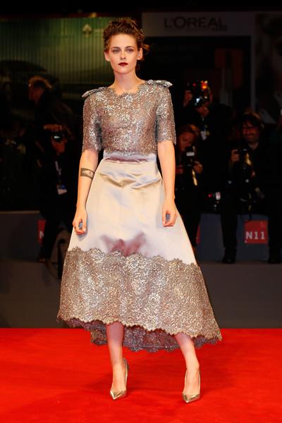 Kristen Stewart con un vestido gris plateado de Chanel Haute Couture Fall 2015.