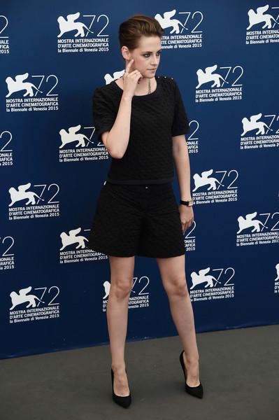 Kristen Stewart con un modelo de blusa y pantalon corto de color negro de Chanel.