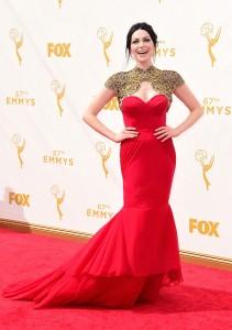 Laura Prepon con un vestido de corte sirena rojo y dorado de Christian Siriano.