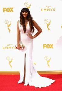 """Jackie Cruz de """"Orange is the new black"""" con un escotado vestido blanco de Christian Siriano."""