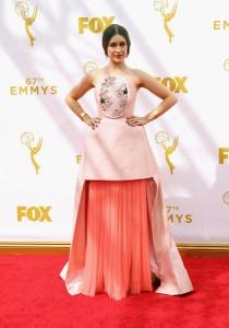 Joanna Newsom, esposa del presentador de la gala Andy Samberg, con un vestido rosa pálido y salmón de la firma española DelPozo colección Spring 2015.