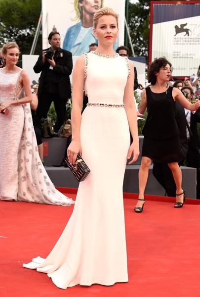 Elizabeth Banks, que formaba parte del jurado, con un vestido blanco con aplicaciones plateadas de Dolce&Gabbana.