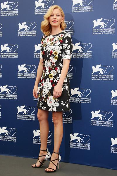 Elizabeth Banks en la presentación del jurado del Festival con un vestido corto estampado de Dolce&Gabbana.