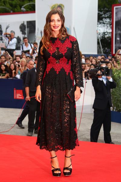 Rosella Fiamingo con un vestido negro y rojo de encaje de Dolce&Gabbana.