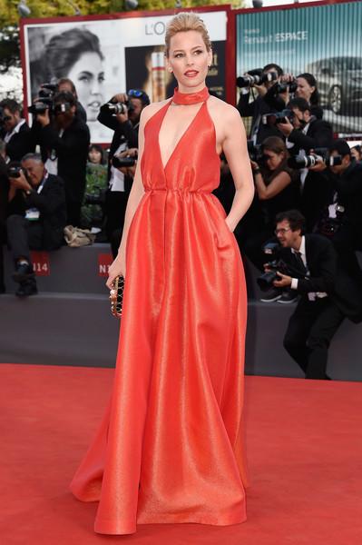Elizabeth Banks con un escotado vestido rojo de Emilia Wickstead Fall 2015.