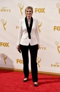 Jane Lynch con un traje en blanco y negro de la firma Escada.