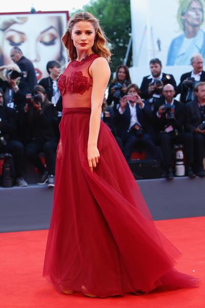 Giulia Elettra Gorietti con un vestido rojo de la diseñadora Federica Pittaluga.
