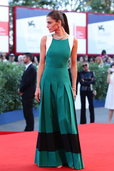Elisa Sednaoui con un vestido verde, negro y blanco de la firma Fendi.