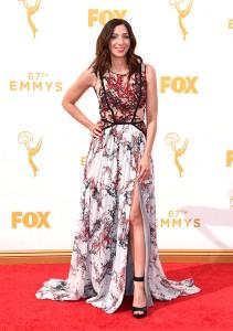 """Chelsea Peretti de """"Brooklyn Nine-Nine"""" con un vestido estampado de la diseñadora Gabriela Cadena."""