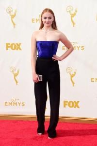 """Sophie Turner de """"Game of Thrones"""" con un jumpsuit de cuerpo azul eléctrico y pantalón negro de Galvan Fall 2015."""